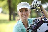 Vrouw op golfbaan — Stockfoto
