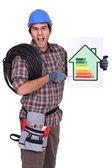 Electricista enojado indicando el nivel de consumo de energía — Foto de Stock