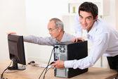 Iki adam bir bilgisayarla senkronize edin — Stok fotoğraf