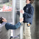 dos hombres instalar de nuevos windows — Foto de Stock