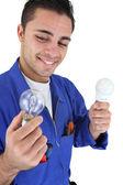 Elektrikář hospodářství žárovky — Stock fotografie