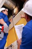двое рабочих, проверка системы вентиляции — Стоковое фото