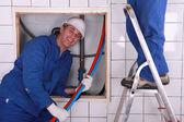 Lavoratori, l'installazione di un sistema di acqua — Foto Stock