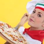 chef-kok een pizza maken — Stockfoto