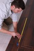 Hombre medición de suelo — Foto de Stock