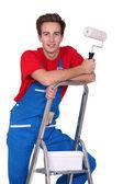 Decorateur staande op een ladder — Stockfoto