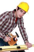 Muž klepnutím na hřebík — Stock fotografie