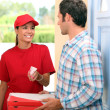 Woman delivering pizza — Stockfoto