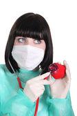 žena auscultating plastové srdce — Stock fotografie