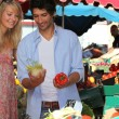 Couple choosing vegetables at the market - Stock fotografie