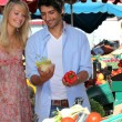 Couple buying vegetables - Stockfoto