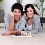 pár hraje šachy ležící — Stock fotografie #9746587