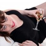 一条小黑裙与一杯香槟的女人 — 图库照片