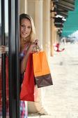 Mujer rubia y entrar en una tienda — Foto de Stock