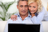 Married couple surfing the Internet together — Stock Photo