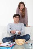 Hombre siendo estudios distracción por video juegos — Foto de Stock