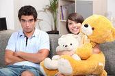Jovem casal com ursos de pelúcia em um sofá — Foto Stock