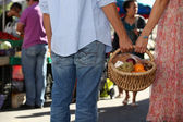 Young couple at market buying fruits — Stock Photo