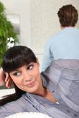 женщина, улыбаясь за спиной своего партнера — Стоковое фото
