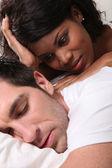Donna guardare uomo addormentato — Foto Stock