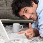 man lade på en matta med laptop — Stockfoto #9765790