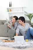 Casal relaxando em casa — Foto Stock