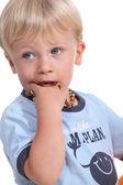 Malý chlapec, sání jeho náhrdelník — Stock fotografie