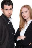 Mujer joven molesta con un joven — Foto de Stock