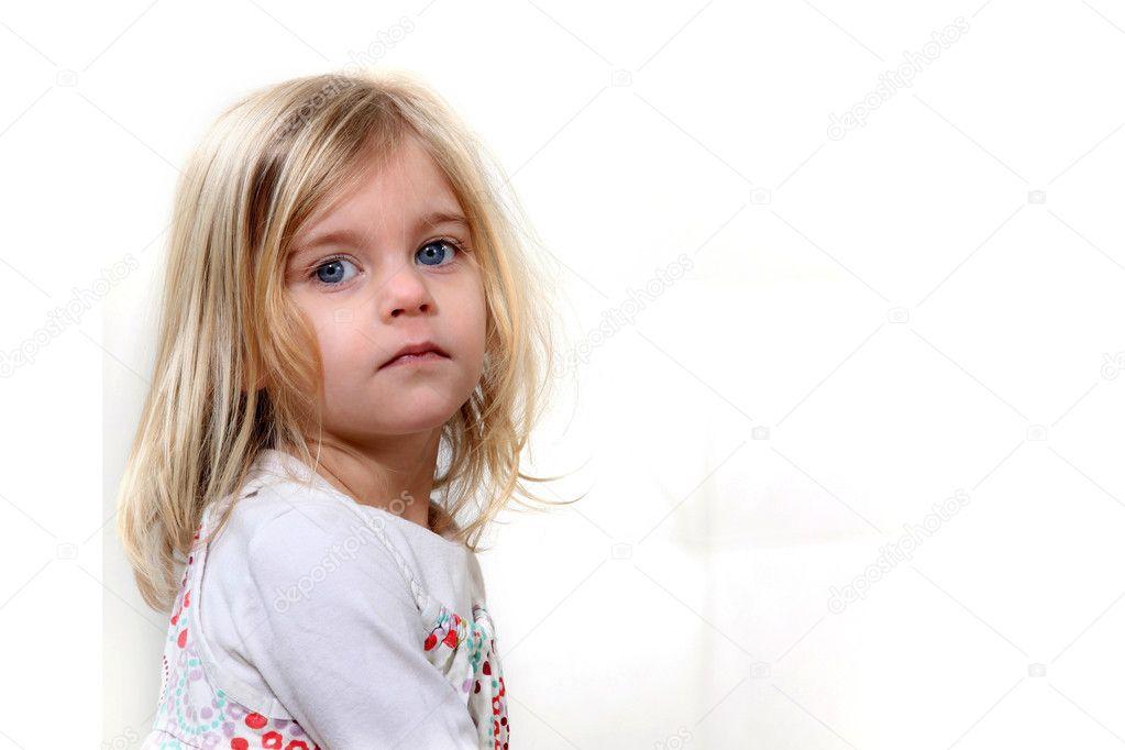一个可爱的金发小姑娘