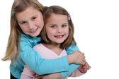 Zwei kleine Mädchen umarmen — Stockfoto