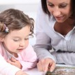 Mother and daughter reading books — Stockfoto