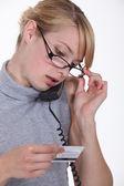 Vrouw bellen naar haar creditcardbedrijf — Stockfoto