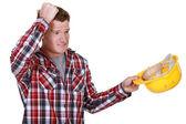 Generatore confuso rimuovendo il cappello duro — Foto Stock