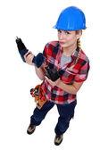 Handelaarster holding een batterij-aangedreven machtshulpmiddel — Stockfoto