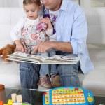 Ojciec i córka w domu czytając książkę — Zdjęcie stockowe