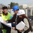 Foreman explaining upcoming work to colleagues — Stock Photo