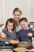 Madre e hijas cocinar crepes — Foto de Stock
