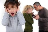 ребенок пытается блокировать ее родителей аргумент — Стоковое фото