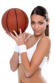 Basketbol topu ile spor yapıyor kadın — Stok fotoğraf