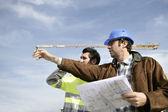 Foreman och arbetare på en webbplats — Stockfoto