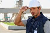 Foreman estaba parado junto al parque industrial — Foto de Stock