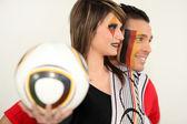Pareja joven apoyo alemán del fútbol — Foto de Stock