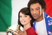 Par stödja det italienska fotbollslaget — Stockfoto