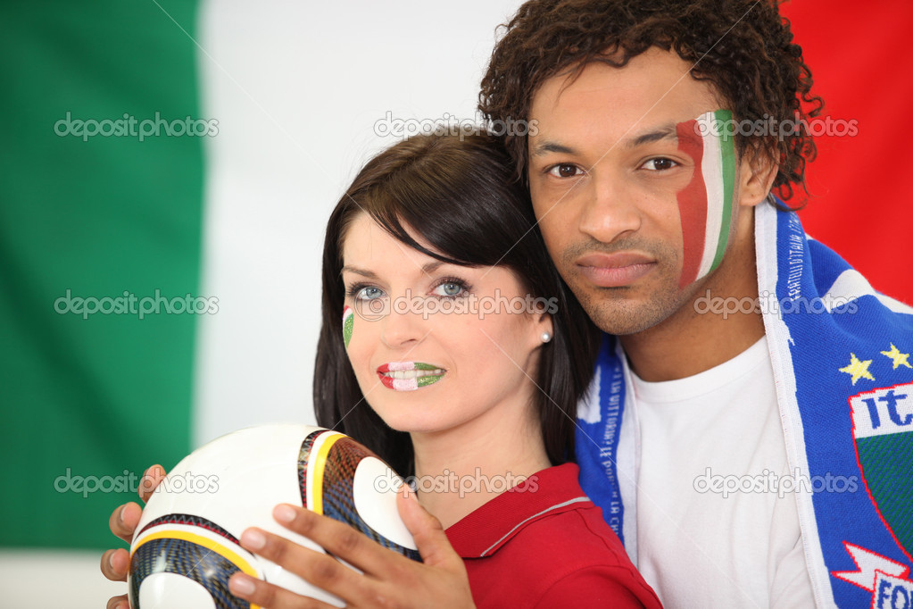 Couple supporting the Italian football team — Stock Photo #9827290