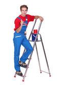 художник с лестницы и кисти — Стоковое фото