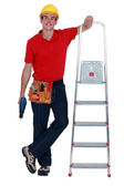 Dělník s štafle a akumulátorový vrtací šroubovák — Stock fotografie