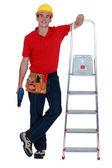 Pracownik z drabiny i wiertarka akumulatorowa — Zdjęcie stockowe