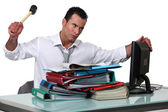 Man threatening computer with hammer — Stock Photo