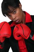 Una empresaria negra con guantes de boxeo. — Foto de Stock
