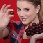 donna attraente mangiare uva — Foto Stock #9972490